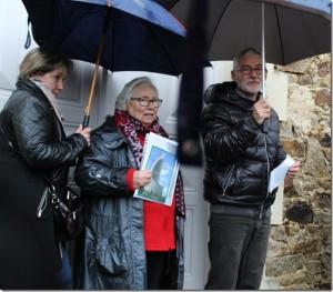 Rose Pasquereau tenant son livre avec Alain Pallatier